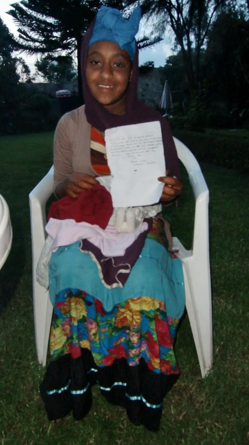 2013 Birhane Abebe mit ihrem Brief an ihre Sponsorin Frau Tischer