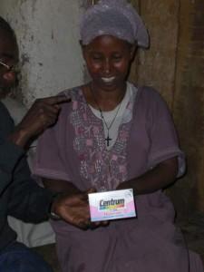 Duke erklärt Bezawits Mutter die Dosierung der Vitaminpräparate - 2009