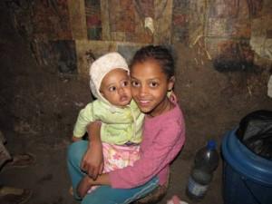 Emebet Mitku mit ihrer Schwester (6 Mon)