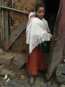 Emebet Negussu (9) mit ihrer Schwester (1) - 2009