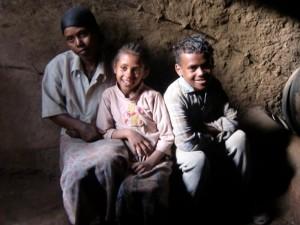 Emebet, Tigist und Getachew Ababu in ihrer Hütte
