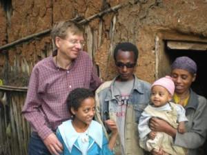 Emebet mit Familie vor ihrer Hütte - 2009