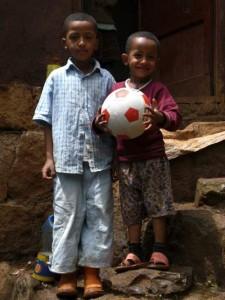 Eyob und Kidus mit dem neuen Fußball - 2009