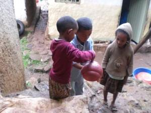 Eyob und Kidus beim Händewaschen - 2009
