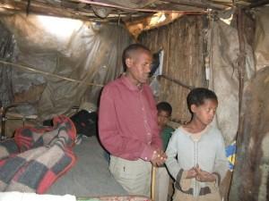 Familie Awake Aeylw (Vater Awake, Fekadu, Sebidv, Endale) vor ihrer Hütte.JPG