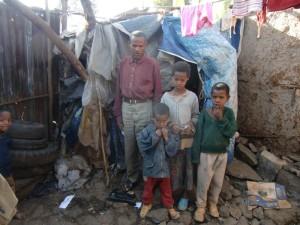 Familie Awake Aeylw (Vater Awake, Fekadu, Sebidv, Endale) vor ihrer Hütte
