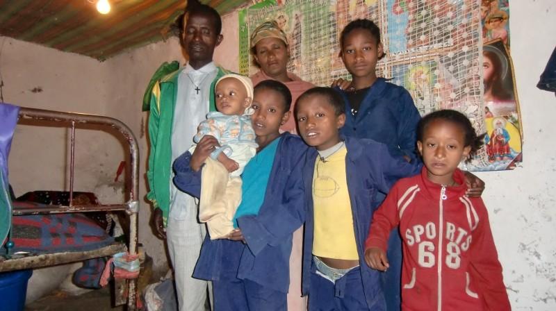 2013 Vater, Mutter und Yeshimebet (hinten), Eyayu mit dem Baby Meskerem, Yordanos und Shewatsehay (vorne)