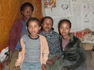 Familie Legesse von links nach rechts; Mengistu, Damtev, Mutter Belaynesh und Woede