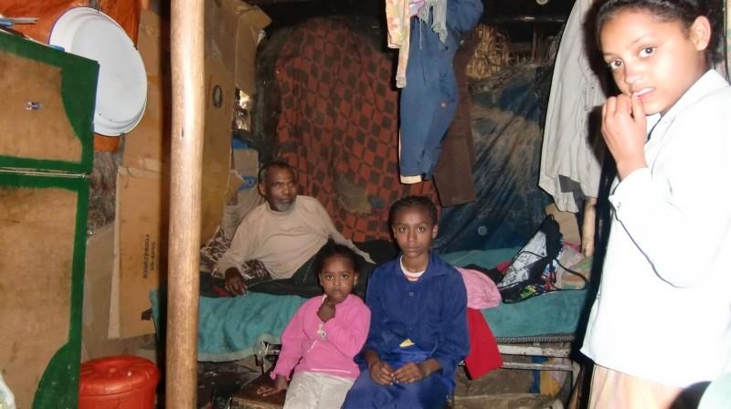 2013 Familie Mossu 41 - Mutter Emebet, Vater Belete und Töchter Hanna und Yodit; ganz rechts Emebet Negussu