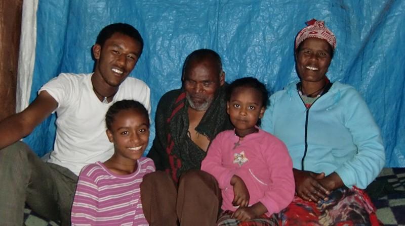 2014 Familie Mossu 41- Sohn Woredework, Vater Belete, Mutter Emebet, Töchter Yodit, Hanna