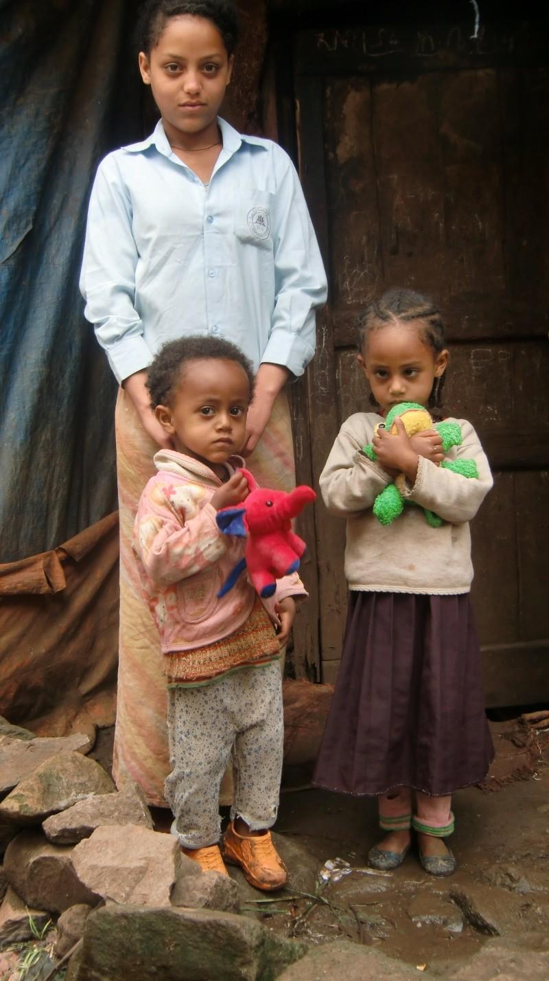 2013 Emebet, Samrawit und Hanna mit neuem Schmusetier