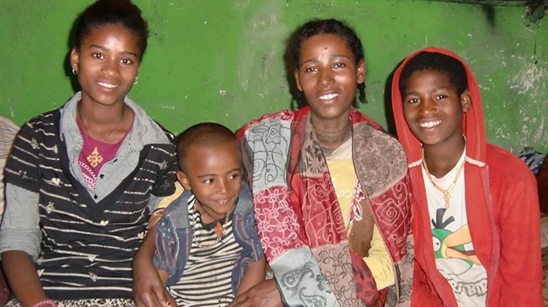 2014 Familie Shemeles 36 - Tochter Alemnesh, Sohn Yonas, die Mutter und Sohn Abera