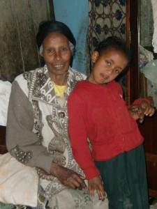 Frau Amenu mit ihrer Nichte Meramawit