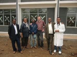 Lehrer vor ihrem neuen Schulgebäude