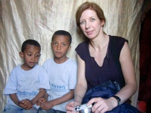 Linda van Alphen mit Kidus und Eyob Tegegnework