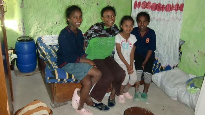 2013 Mergia Dereje Familie, Mutter Mekdes mit Töchtern Saron Abigal und Santa