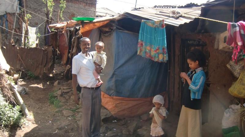 2013 Negussu Familie Mesfen mit Hanna und Emebet vor ihrer Huette