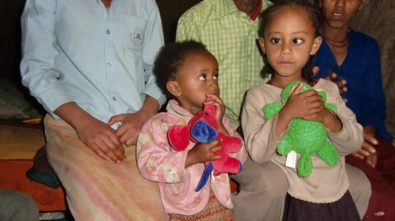 2013 Samrawit und Hanna mit ihren neuen Kuscheltieren