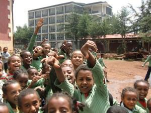 Schüler und Lehrer freuen sich.