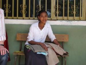 Tirunesh mit neuer Kleidung