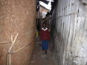 Tsiwon (9 J.) vor ihrer Hütte