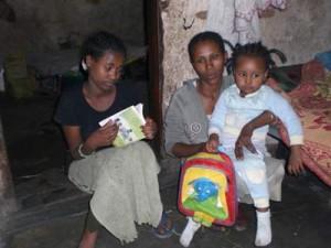 Yalemwork Mengiste (13), ihre Schwester Belaynesh mit ihrem Baby Kalkidan - 2009