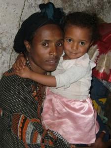 Zenash Derebe mit Tochter Mehret.