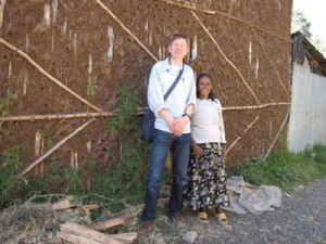 Zerkalem vor ihrer Hütte