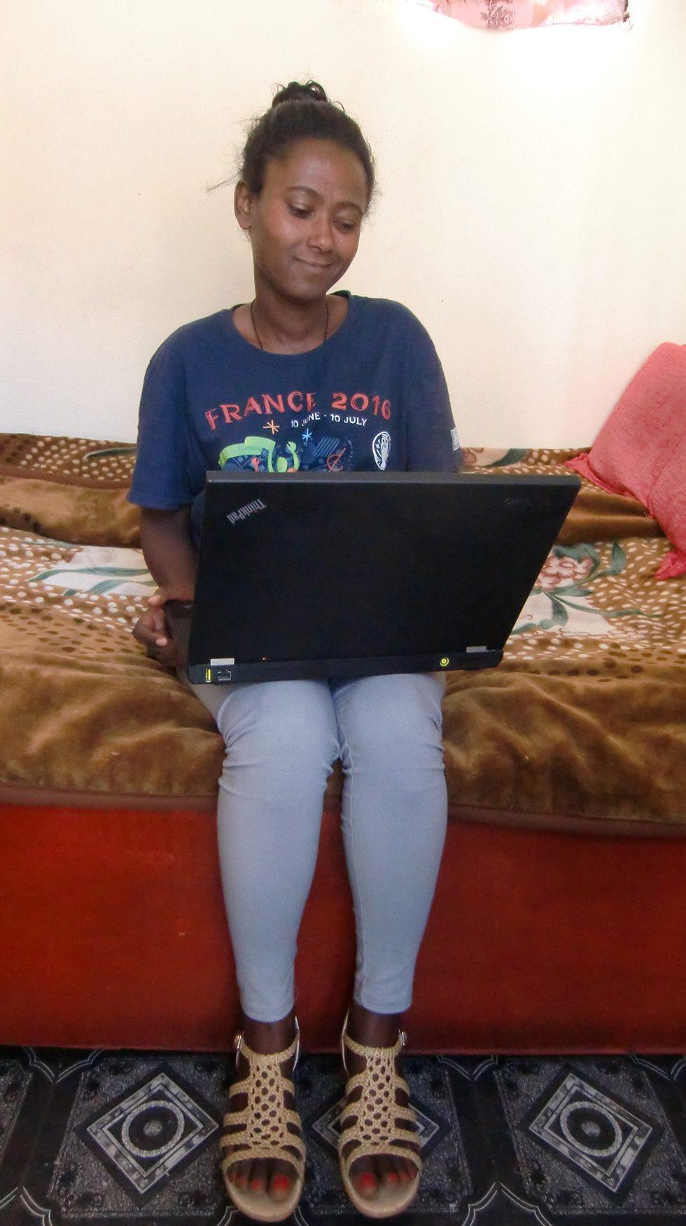 2017 - Genet Asnake mit Laptop