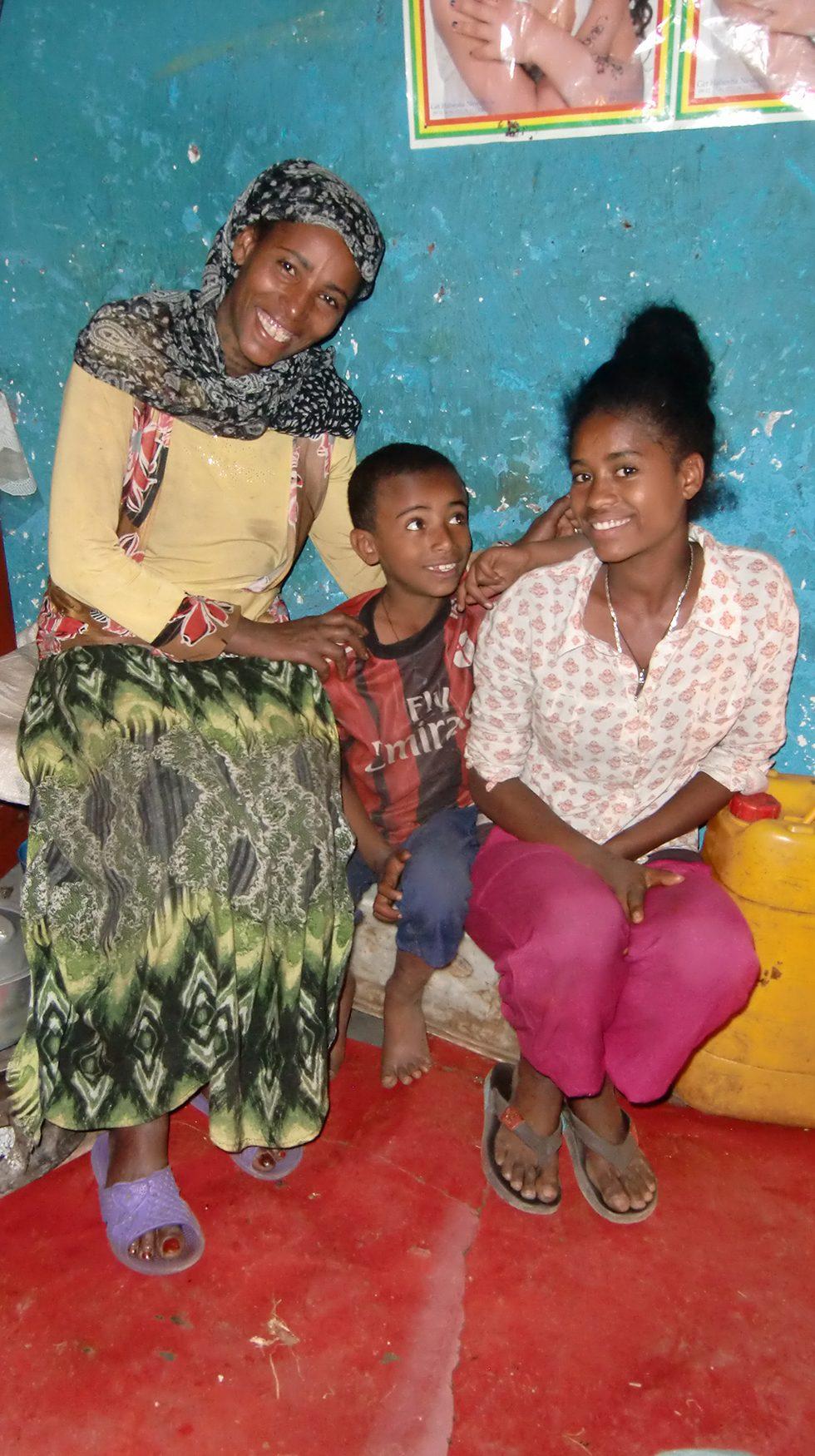 Dez. 2017 - Mutter, Sohn Yonas und Tochter Alemnesh