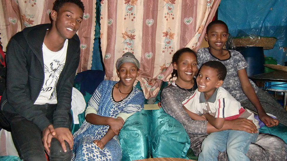 Dez. 2017 - Sohn Muluken, Tochter Seritu, Mutter mit Sohn Absira und Sohn Alemayehu
