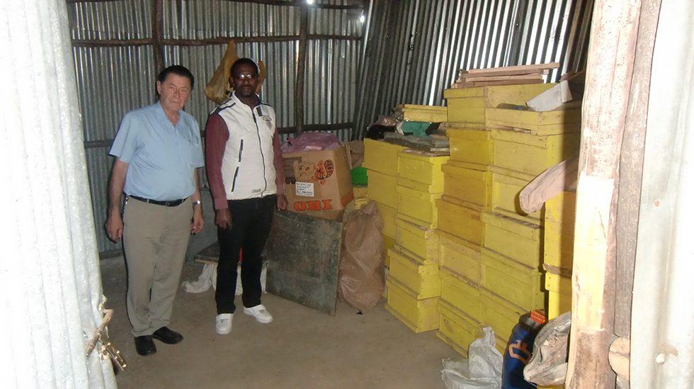 Dez. 2017 - Dr. Greiling und Dr. Talila Eab (Projektleiter Addis) im Vorratsraum der Bienenanlage am Stadtrand von Addis