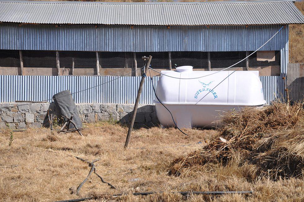 Dez. 2017 - a: Der Reservewassertank (10.000L) ist auf dem Campus der Universität von Debre Birhan angekommen.